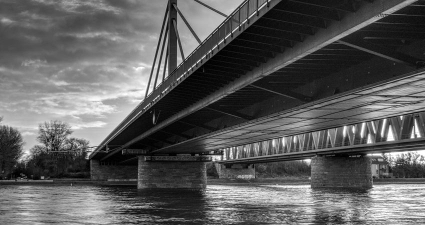 Bruecke_ueber_Fluss